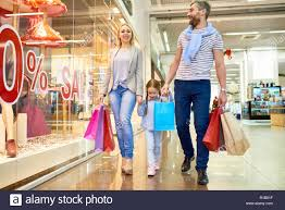 "Longitud total retrato de familia feliz shopping mall en pasear por  escaparates con carteles de ""Se vende Fotografía de stock - Alamy"