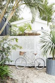 Vertical Fence For Stylish Privacy Look Modern Design In 2020 Beach House Exterior White Fence Modern Beach House