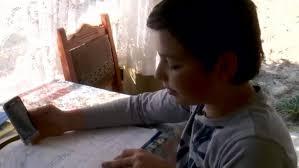 Drama copiilor săraci care fac școală online pe telefoane vechi ...