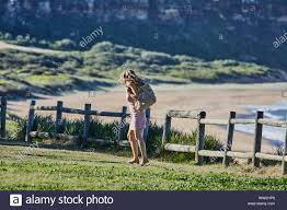 Attori Jake Ryan e Sam Frost preparare al film una scena esterna di Home &  Away serie tv a Palm Beach, Australia Foto stock - Alamy