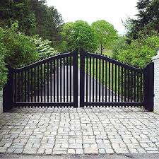 Transitional Style Driveway Gate With A Sleek Black Finish And Contrasting White Brick Pillars Drive House Gate Design Entrance Gates Design Front Gate Design