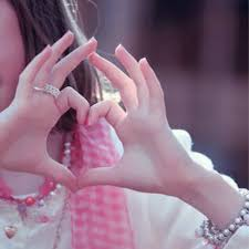 صور بنات قلب اروع اشكال للقلوب على يد البنات كلام حب