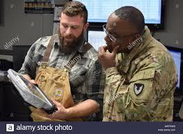 Dustin Cox (à gauche), un manutentionnaire, explique comment l'Armée Grue  Depot Operations a exploré l'