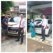 Salesman Honda Jatiasih sedang melakukan serah terima pengiriman mobil pelanggan ,