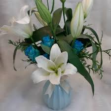 باقة ورد طبيعي في إناء أزرق أنيق أنفاسك زهور