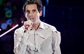 """Sanremo 2020, la gaffe di Amadeus su Mika: """"Questo non dovevi dirlo…"""""""