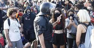 Procés: DIRECTO | Empiezan los primeros enfrentamientos y cargas en  Barcelona | Público