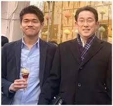 岸田文雄の息子(長男)は父の秘書!?三井物産勤務はデマで年収は?