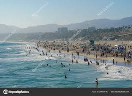 Crowded Santa Monica Beach Tourist Families Enjoying Summer Hot Weather –  Stock Editorial Photo © bonandbon #286129156