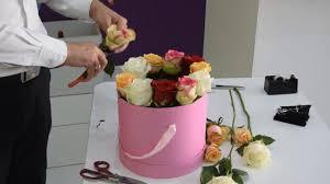 تنسيق هديه مع مجموعه من الورود الجوري في صندوق دائري A Bouquet Of
