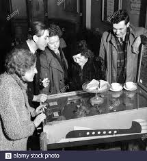 Shakespere would have approved this quick game of pin-table before the show  by Taverner's Joan Myer, Henry McCarthy, Freda West, Helena McCarthy and  Ernest Andrews. - 18 March 1947 Stock Photo - Alamy