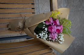 رسال باقة ورد صحبة اجمل هدايا للصديقات تعبر بها عن مدى احترامك