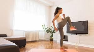 Tips Tetap Aktif Saat di Rumah Aja, Coba Kelas Fitnes Online