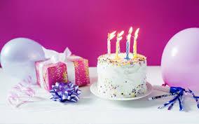 تحميل خلفيات كعكة عيد ميلاد حرق الشموع كعكة على خلفية الوردي