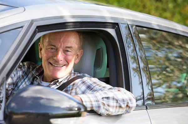 Resultado de imagem para idosos dirigindo