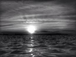 monochrome hitam putih sesimpul senyum