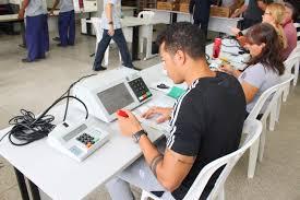 Inicia-se o processo de preparação das urnas eletrônicas para o 1º ...