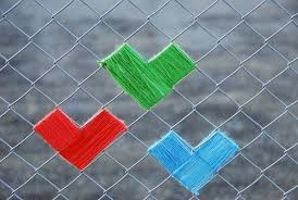 Easy Way To Yarn Bomb A Chain Link Fence With Heart Recycled Crafts