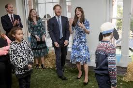 Kate Middleton, Regina Elisabetta: foto Reali che ridono fino alle ...