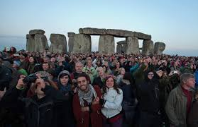 Solstizio d'estate a Stonehenge e il sole di mezzanotte sul ...
