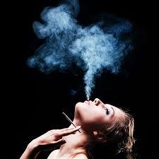 صور فتاة تدخن بالصور بنات تقوم بالتدخين اغراء القلوب