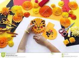 Il Bambino Fa Una Carta Fatta A Mano Origami Della Tigre Immagine Stock -  Immagine di animali, bambini: 120816199