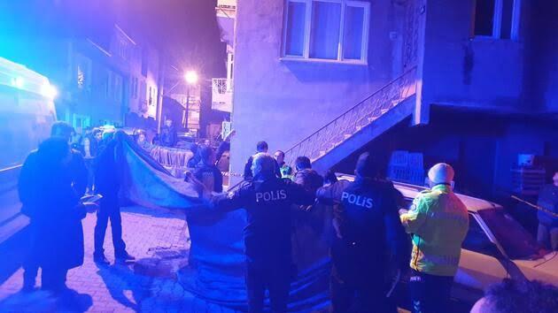 """Bursa İznik'te otomobil, çarptığı motosikletin arkasında bulunan kadını altına alıp 700 metre sürükledi. Talihsiz kadın olay yerinde can verdi. ile ilgili görsel sonucu"""""""