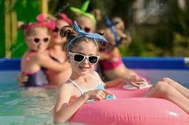 Portrait des enfants dans la piscine en été — Photographie ...