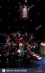 Edinburgh. VEREINIGTES KÖNIGREICH. 12. August. Foto-Shooting die Hochzeit  des Figaro Probe auf der Bühne Festival Theatre in Edinburgh International  Festival. Ivan Fisher Dirigent und Regisseur. Pako Mera/Alamy  Live-Nachrichten Stockfotografie - Alamy