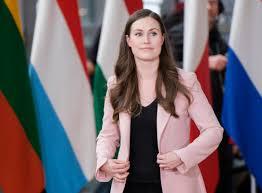 Sanna Marin criticata per la scollatura: i finlandesi la difendono