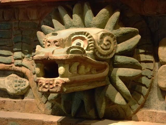 Cabeza de Quetzálcoatl en pirámide