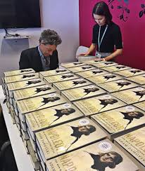 "Uživatel Arabella Pike na Twitteru: ""Napoleon invades. Adam Zamoyski in  office this morning signing his new biography. Enough books to fortify an  army. #heroic ⁦@WmCollinsBooks⁩… https://t.co/qYoVXA3ucK"""