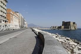 Il lungomare di Napoli durante l'emergenza: l'acqua è cristallina - la  Repubblica