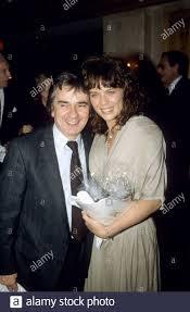 Schauspieler, Musiker und Schauspieler Dudley Moore und seine Frau ...