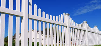 The Pros And Cons Of Vinyl Fencing Doityourself Com