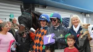 Vire Normandie. Elle suit la course dans la voiture, son cheval gagne -  Caen.maville.com