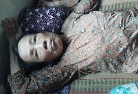 Cụ bà 78 tuổi nằm một chỗ bị con dâu và cháu nội bỏ ở 'nhà hoang ...