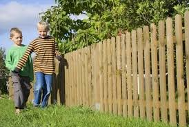 Fascinating And Cheap Pallet Fence For Your Garden