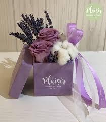 صندوق وردتان باللون البنفسجي أرسل في دبي