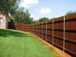 Wood Fence With Metal Post Design And Landscaping Ideas Vallas Metalicas Jardineria Vallas