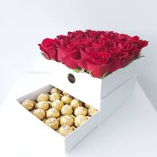 بوكس ورد أحمر مع شوكولاته هيريرو روشيه زهرة لاريس Lares Flower