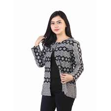 Ya, tentu saja baju batik dengan model ini akan membuat penampilan semakin trendy dan kekinian. Model Blazer Batik Atasan Wanita