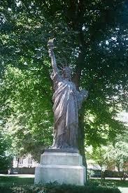statue of liberty 巴黎卢森堡公园的图