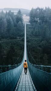 أجمل الخلفيات المخيفة خلفية لرجل على الجسر المعلق بدقة عالية