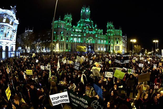 """Resultado de imagem para Com Greta Thunberg, milhares de pessoas exigem ações à COP25 em Madri"""""""