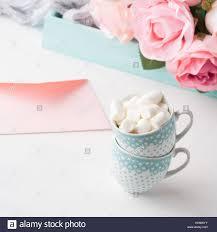 Dos Tazas De Cafe Con Marshmallow Tarjeta Para San Valentin Dia De La Mujer O De La Madre Bodas Cumpleanos Bebe Fecha Romantica Invitacion Fondo Con Rosas En Bandeja Fotografia De Stock