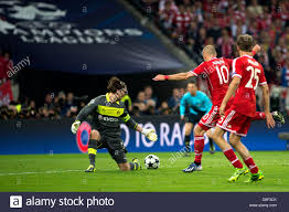 L-R) Roman Weidenfeller (Dortmund), Arjen Robben, Thomas Muller ...