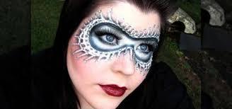 apply a black white masquerade mask