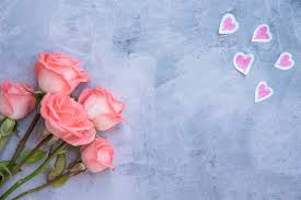 Rosa flores con corazones de papel en mesa   Foto Gratis