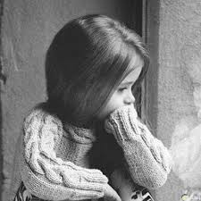 صور بنت صغيره حزينه